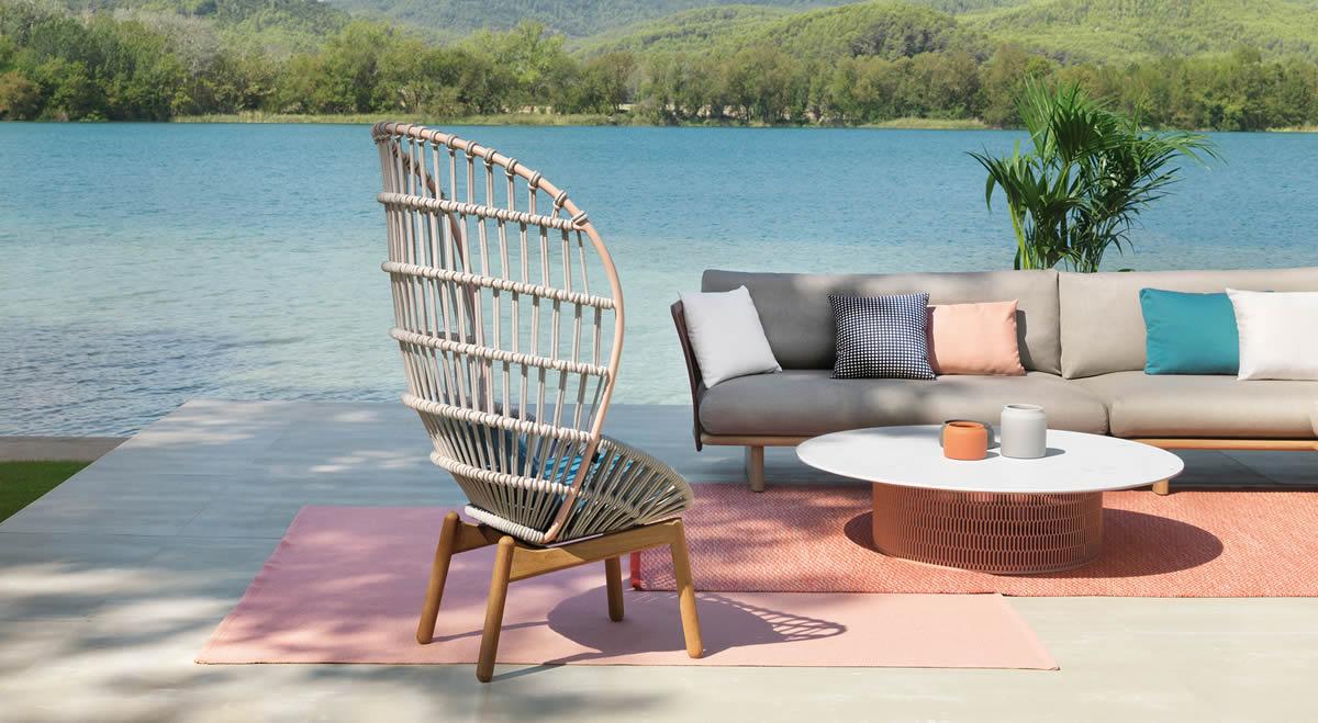 Un fauteuil à dossier haut inspiré par le célèbre fauteuil Emmanuelle.