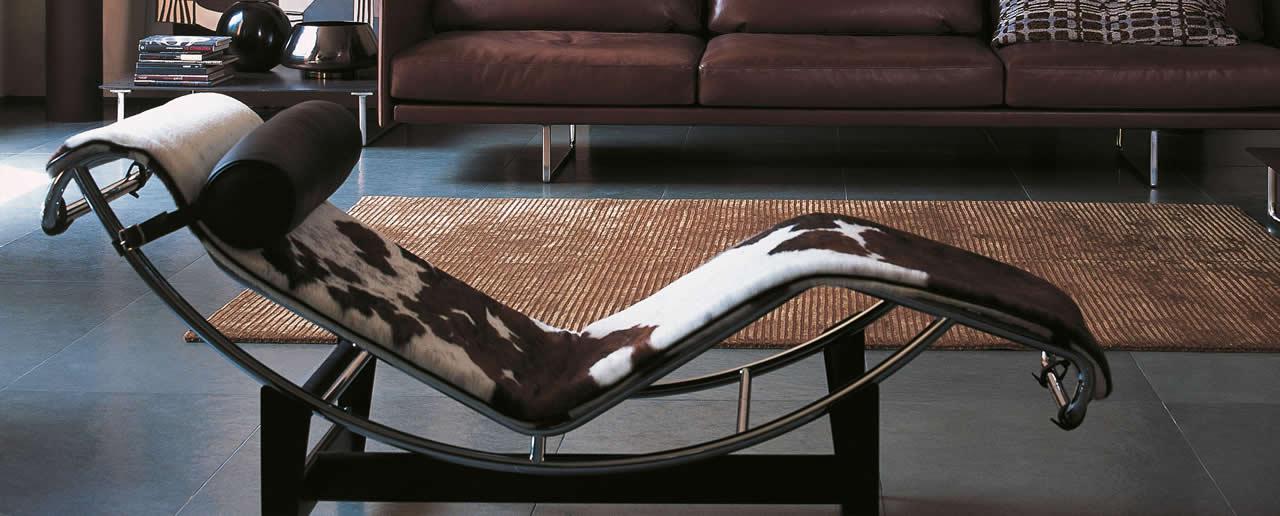 Chaise-longue à réglage continu, structure en acier chromé trivalent.Design par Le Corbusier, Pierre Jeanneret, Charlotte Perriand.