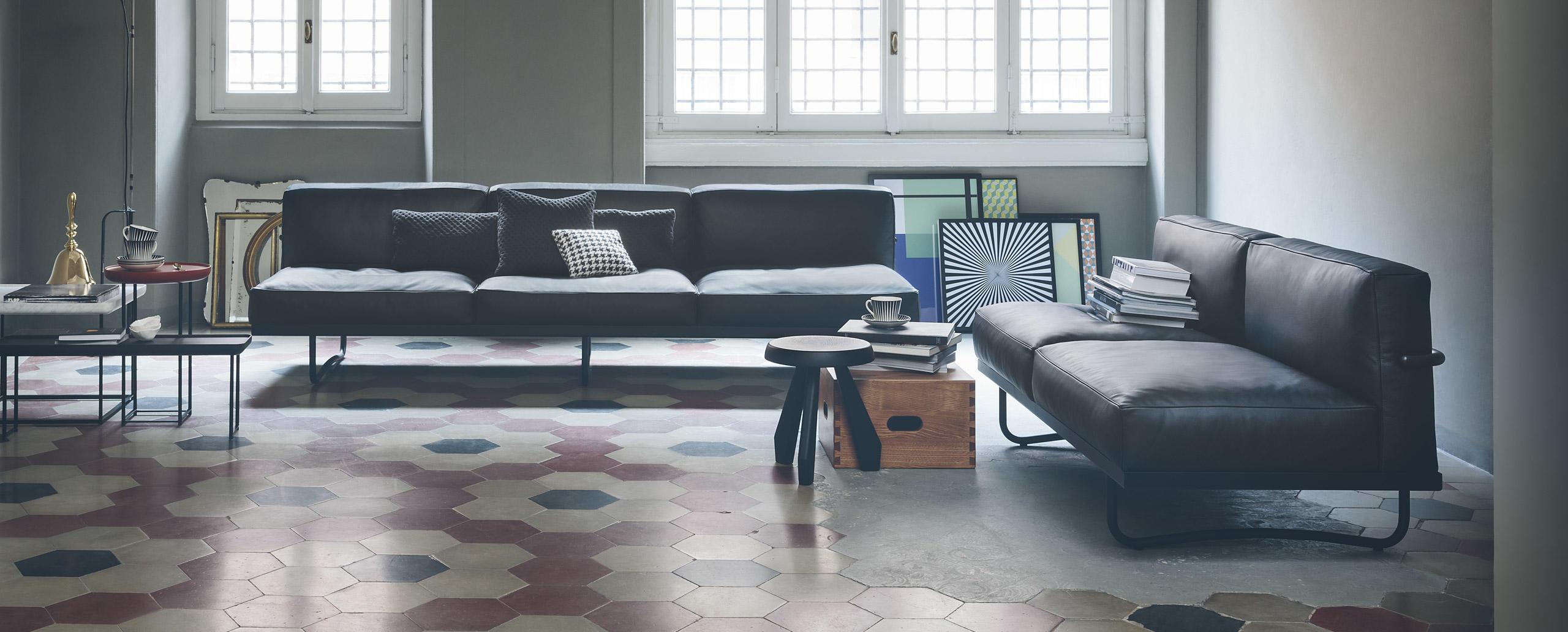 Canapés à deux ou bien trois places adapté par la Fondation Le Corbusier et successions Charlotte Perriand, Pierre Jeanneret en 2014