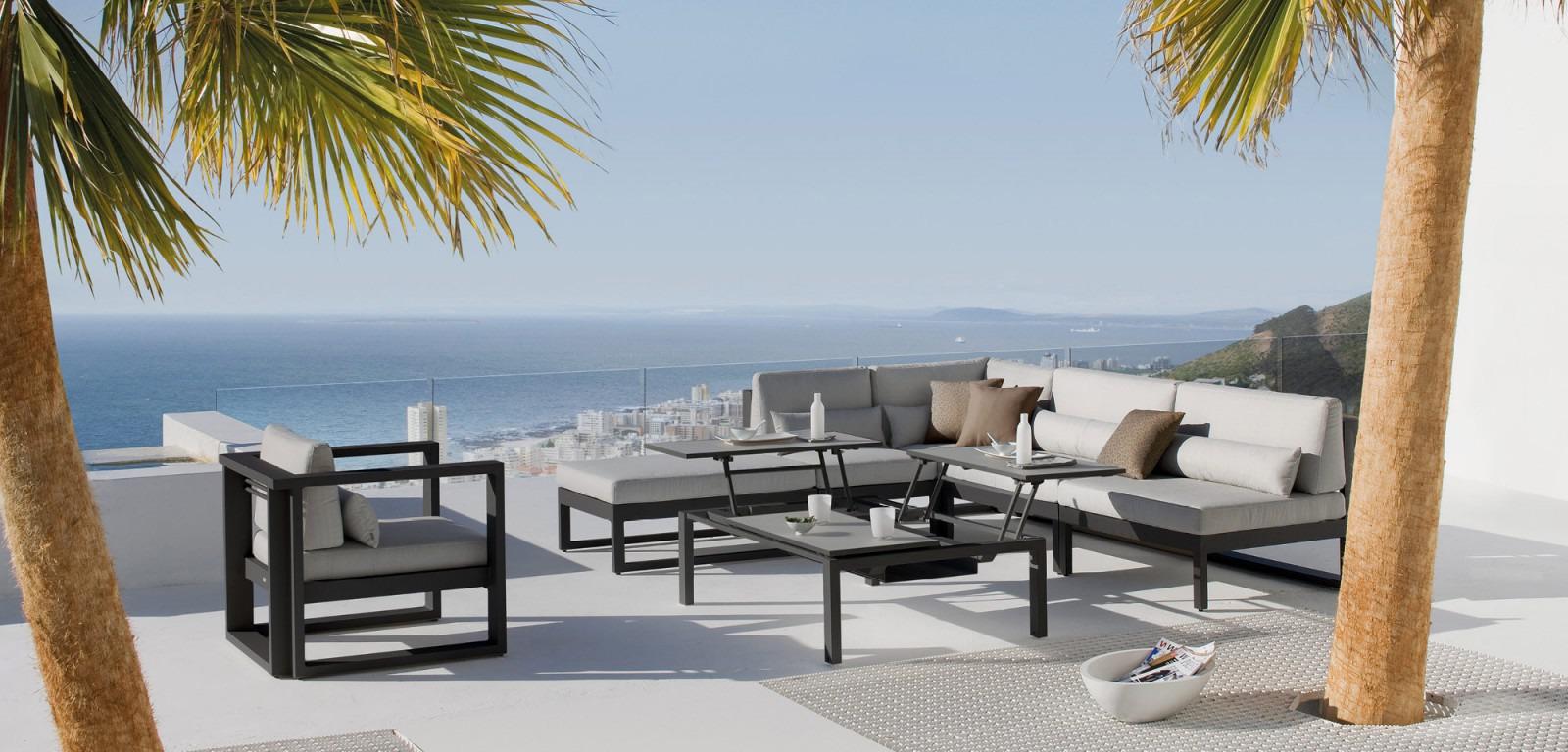 Fuse est une collection raffinée et épurée de table et de sièges design.